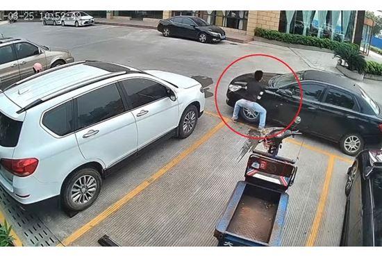 Unauto lo blocca nel parcheggio, lui la sposta a mani